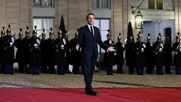 Президент Франции Эммануэль Макрон приветствует гостей Парижского форума мира в Париже