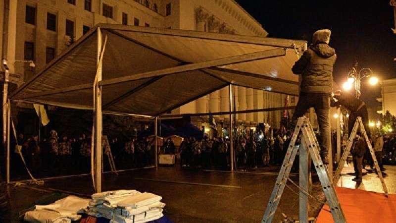 Протестующие из-за саммита в Париже разбили палатки у офиса Зеленского