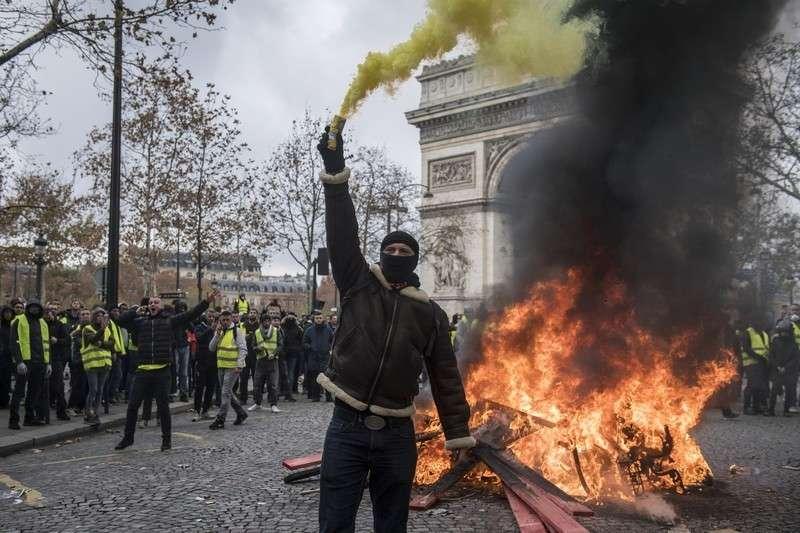 Массовые протесты в Париже: дышать без противогаза невозможно