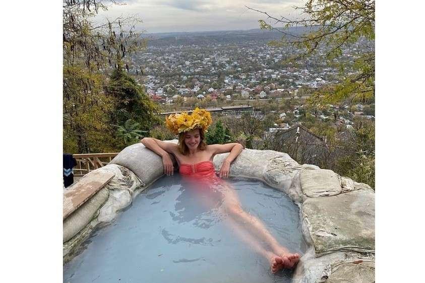 Популярная модель Наталья Водянова показала семье достопримечательности Кавминвод. И даже искупалась в «бесстыжих ваннах» Пятигорска. Фото: instagram.com/natasupernova