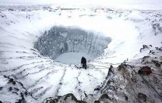 Во время спуска участников экспедиции на дно воронки на Ямале