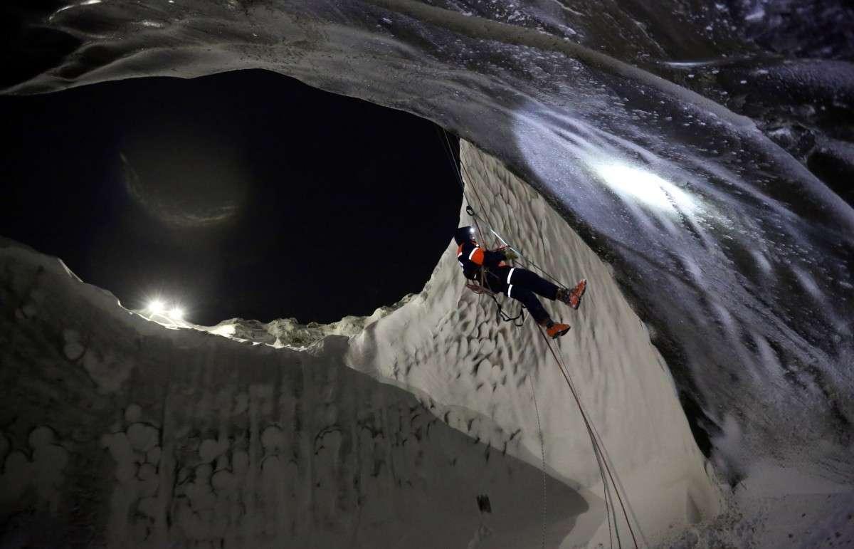 Российские учёные впервые спустились на дно гигантской воронки на Ямале