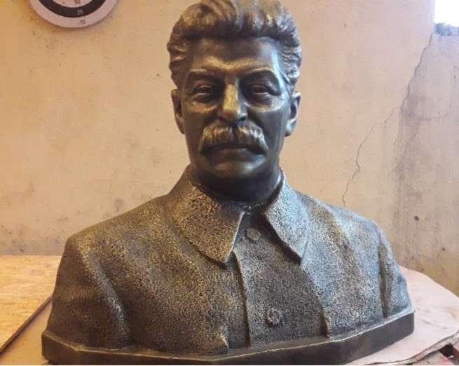 В центре Волгограда начали установку памятника Иосифу Сталину в честь его 140-летия