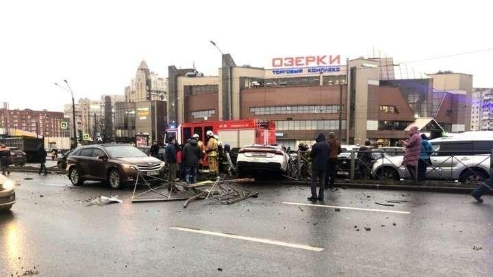 Блондинка во время тест-драйва разбила 11 машин в Петербурге
