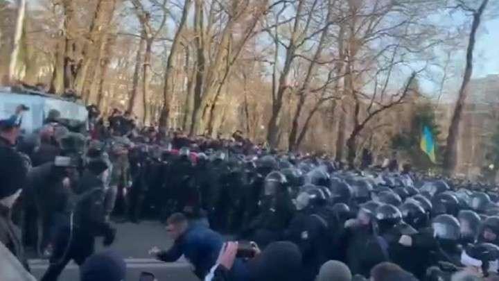 В Киеве после столкновений с националистами госпитализированы двое полицейских