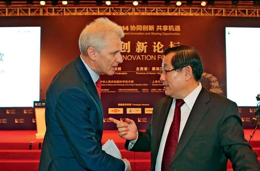 Андрей Фурсенко, консультант президента России в области инноваций (слева), общается с китайским министром науки и технологий Ван Ганом (справа) во время форума «Пуцзян-2014»