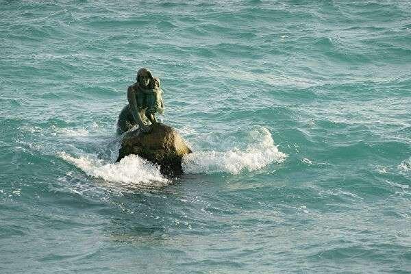 Бронзовый памятник русалке в Мисхоре