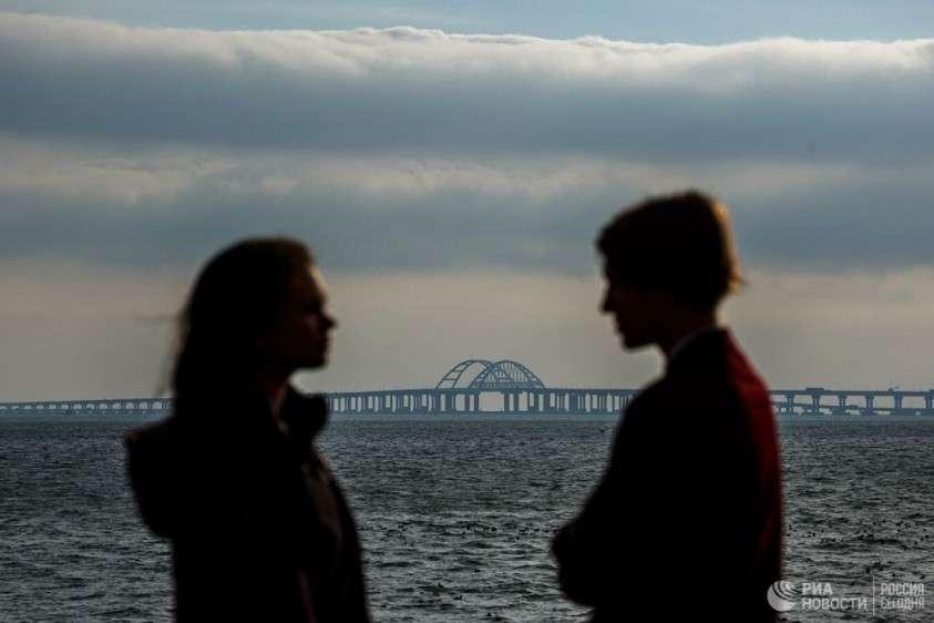 Появились кадры с первым пассажирским поездом на Крымском мосту