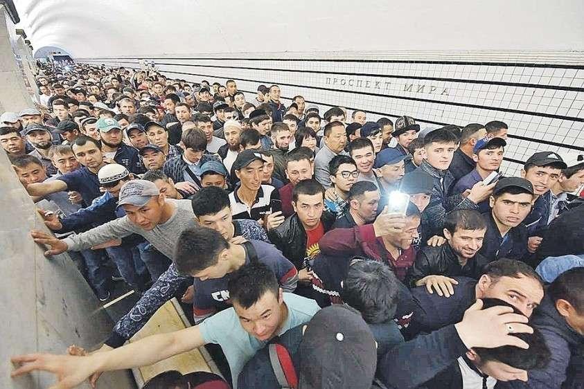 Толпы мигрантов штурмуют российские города. Но самый лакомый «порт прибытия» – это Москва.
