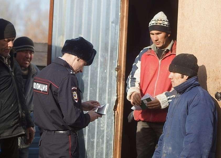 Если выяснится, что на объекте трудится неоформленный работник, то на миллионный штраф может влететь уже сама компания Фото: Алексей БУЛАТОВ