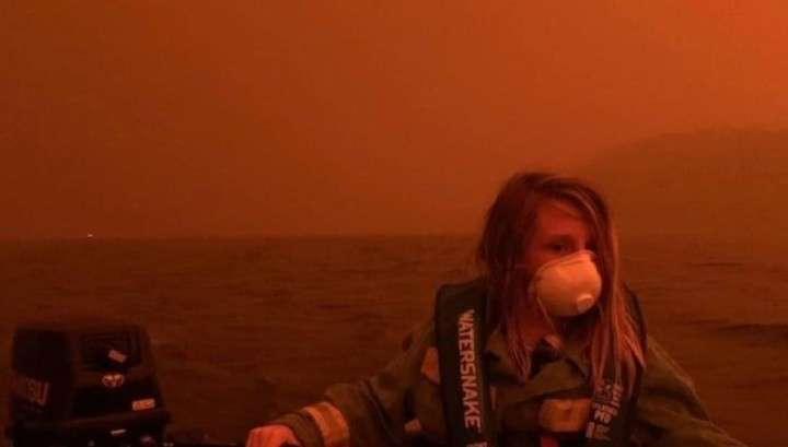 Австралийцы накануне Нового года были вынуждены спасаться от пожара на пляже
