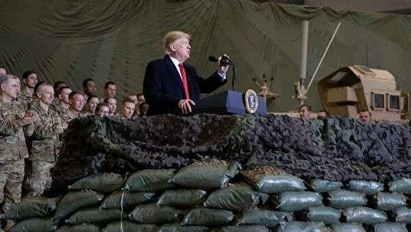 Президент США Дональд Трамп беседует с военнослужащими в Афганистане
