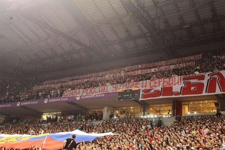 Болельщики сербской «Црвены Звезды» встретили украинский «Будивельник» российским флагом