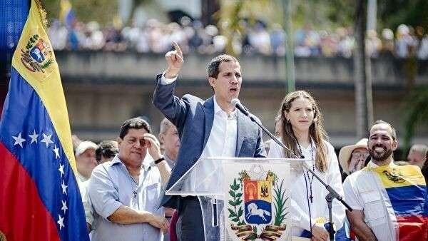 Хуан Гуаидо, провозгласивший себя временным президентом страны, на митинге в  Каракасе