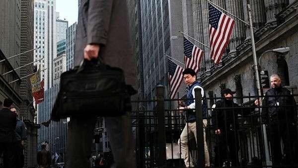 Прохожие на улице Уолл-Стрит в Нью-Йорке, США