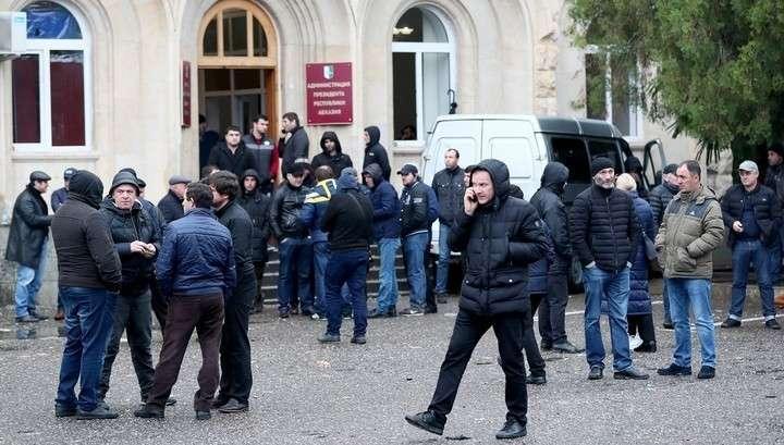 Абхазские протестующие вооружились, вскрыв оружейную комнату в администрации президента