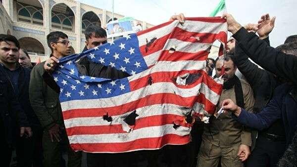 Иранцы поджигают американский флаг во время демонстраций против американских преступлений в Тегеране