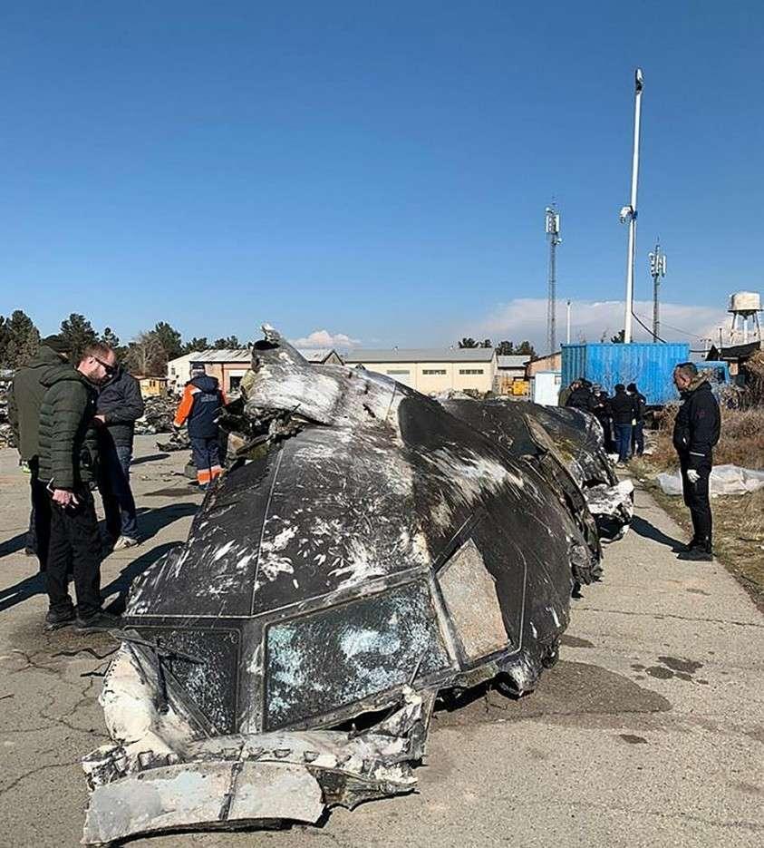 Самолет рухнул менее чем через три минуты после взлета с высоты 2,4 км; погибли все 176 человек, находившихся на борту. Фото офиса президента Украины