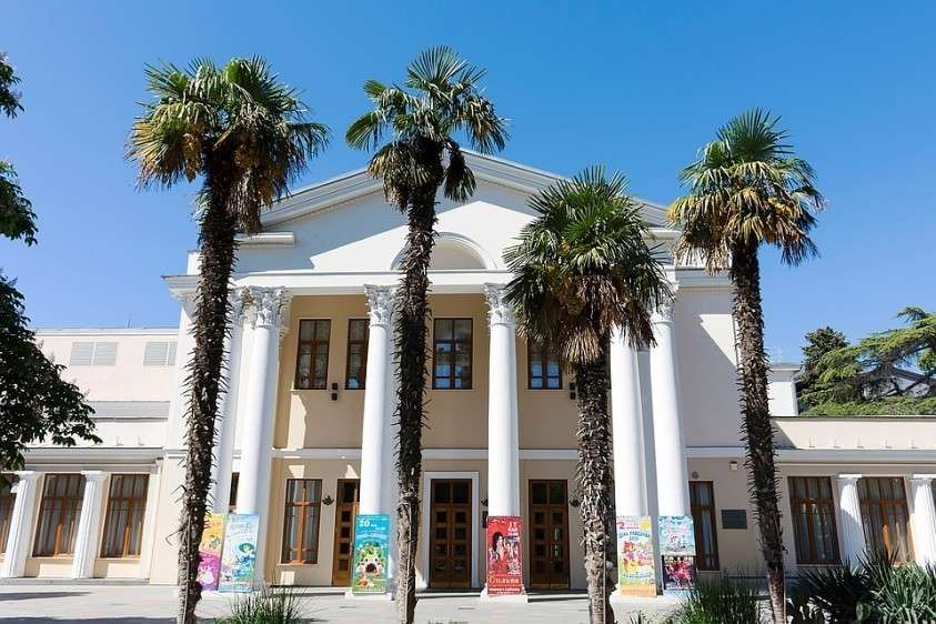 Лебедев отреставрировал ялтинский театр имени Чехова Фото: Shutterstock