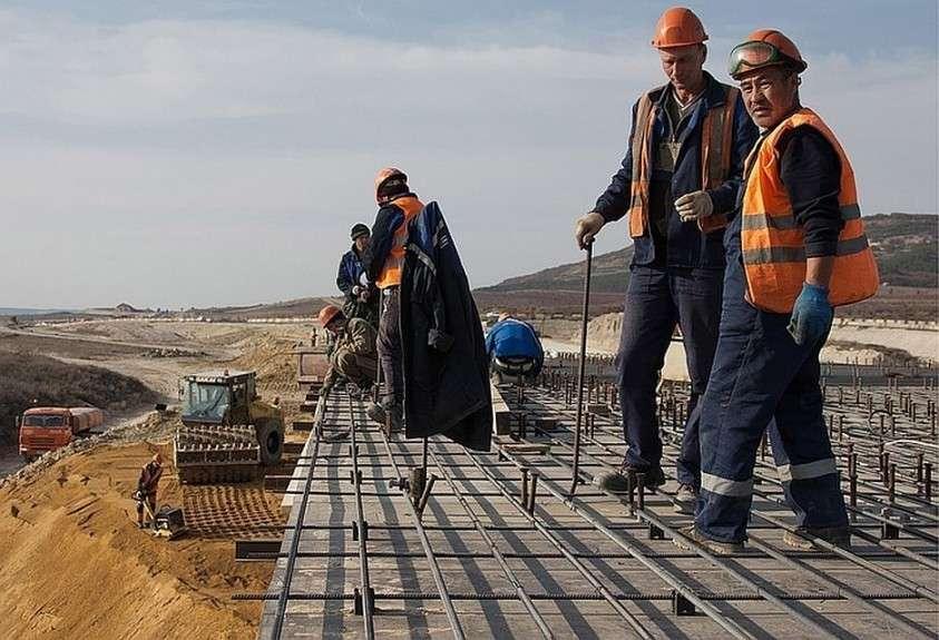 Трассу «Таврида» доделывают толпы рабочих. Фото: Сергей Мальгавко/ТАСС