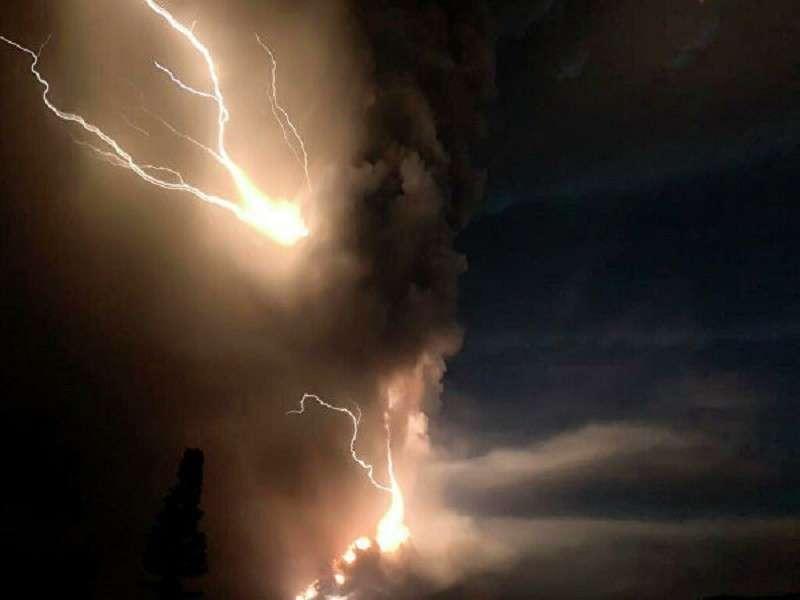 Молния и пепел. Самое страшное впереди. Магма движется к кратеру вулкана на Филиппинах