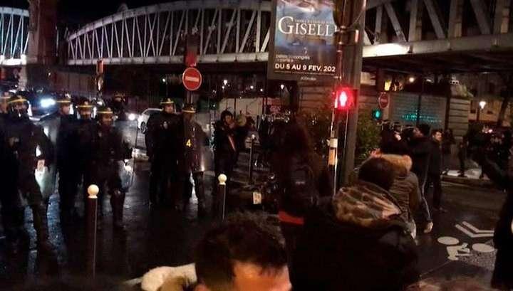 Во Франции протестующие вынудили Макрона и его жену бежать из театра