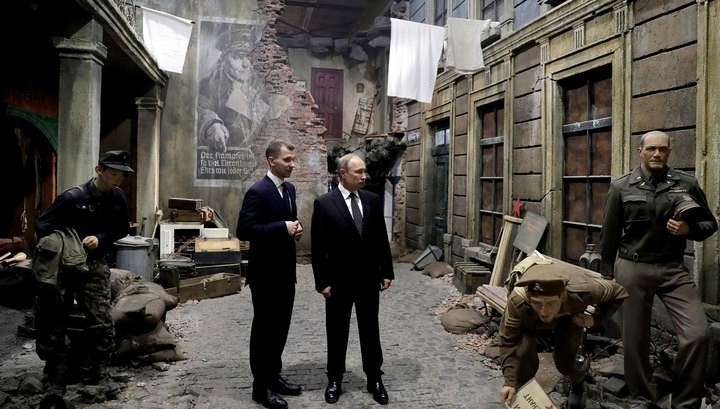 Владимир Путин ознакомился с масштабной трехмерной панорамой, воссоздающей путь воина- освободителя