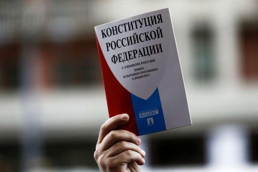 Законопроект о поправке в Конституцию одобрен профильным комитетом Госдумы