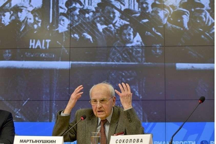 Последнему оставшемуся в живых освободителю Освенцима Ивану Мартынушкину сейчас 96 лет.