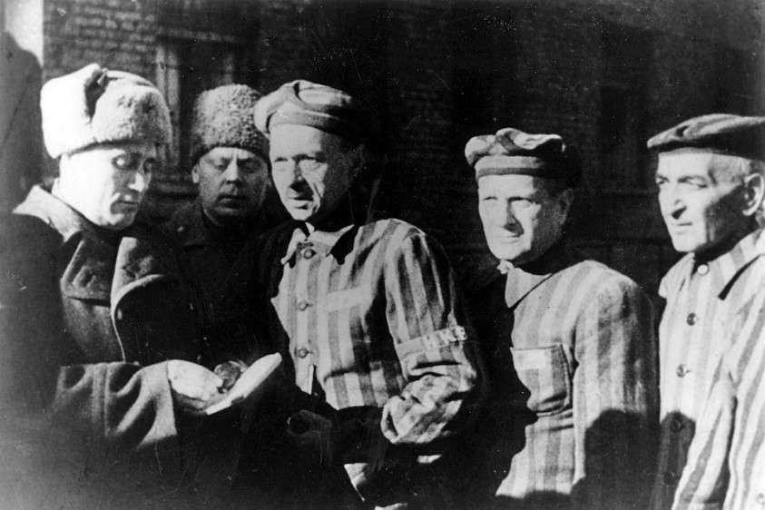 Красноармейцы освобождают узников Освенцима. Фото: EAST NEWS