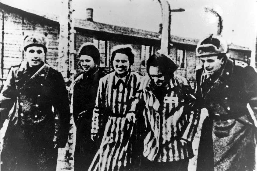 Освобожденные из немецкого лагеря смерти встречают бойцов Красной Армии. Фото: EAST NEWS