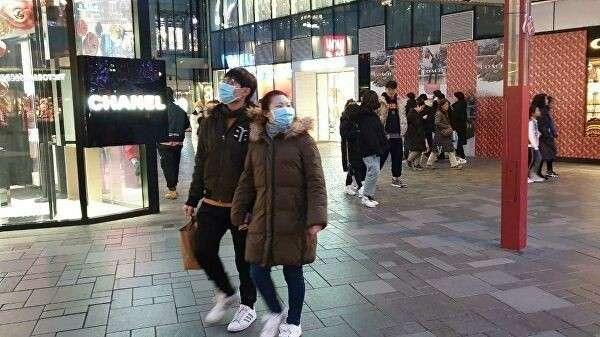 Жители Пекина в защитных медицинских масках