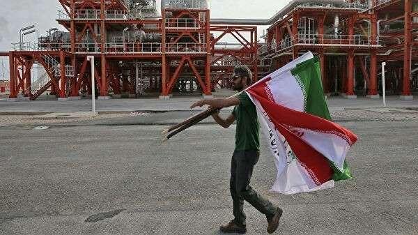 Мужчина с флагами Ирана