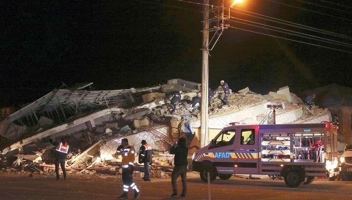 На месте бедствия в Турции работают спасатели со всех районов