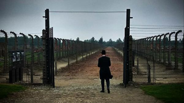 Посетитель музея Аушвиц-Биркенау в Польше