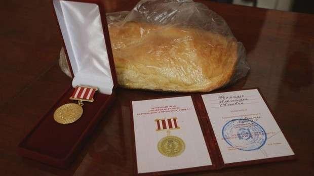 В Керчи ветераны получили батон и медальку от чиновниц в шубах