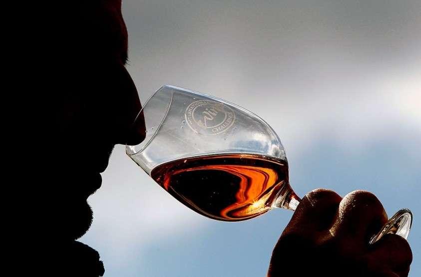 Россиянам раскрыли опасность бокала вина за ужином