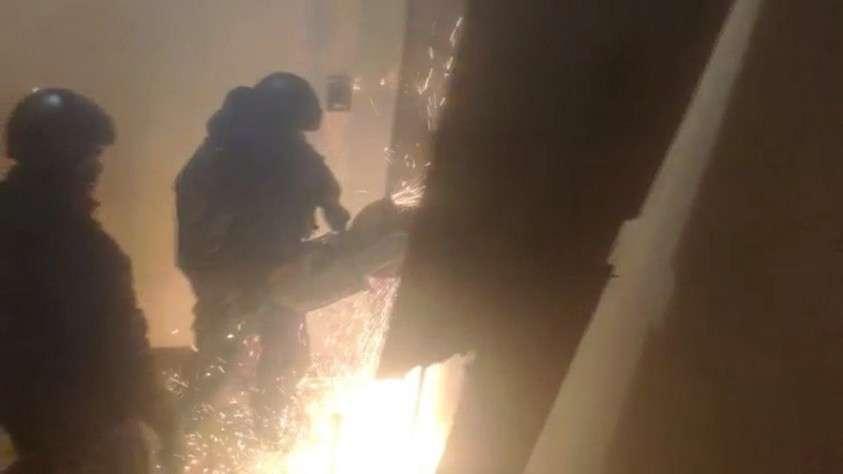 Правоохранители вскрыли дверь Фото: принтскрин видео.