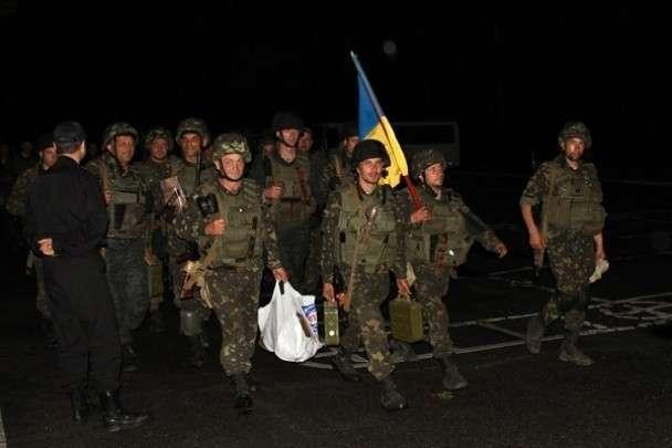 Украинским военным выдали картонную обувь