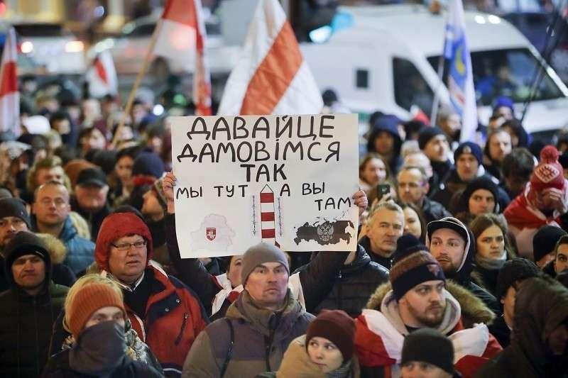 Русских и белорусов пытаются рассорить на двух языках
