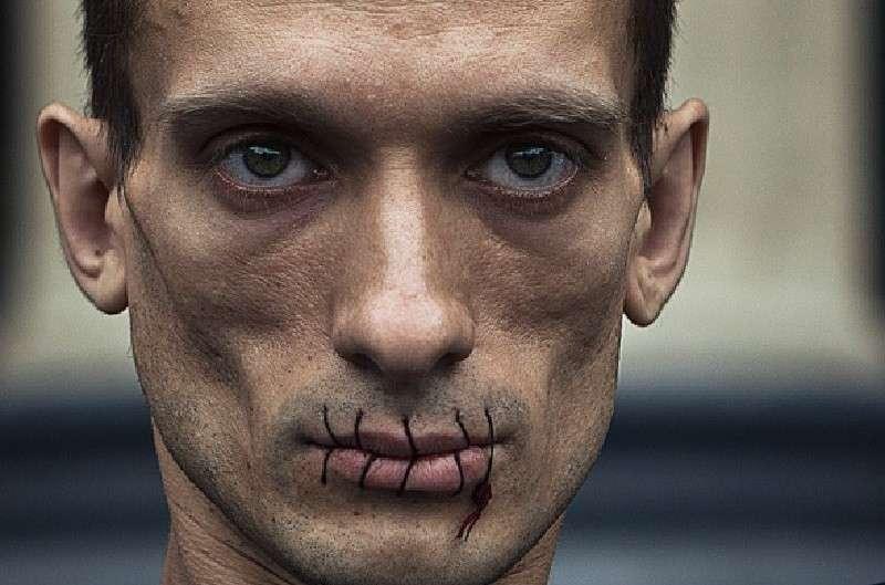Павленский отправил в «политическую могилу» соратника Макрона