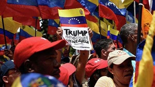 Акция протеста против политики США на одной из улиц Каракаса