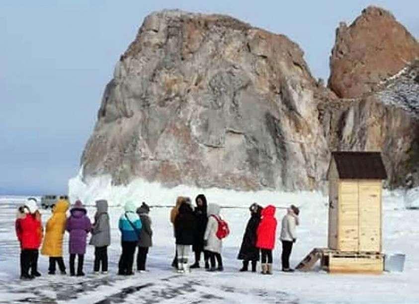 Кто-то догадался сколотить деревянную туалетную будку прямо на льду. Фото: Анатолий Архипенко