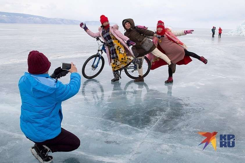 Дина Карпицкая с туристами из Азии Фото: Юлия ПЫХАЛОВА