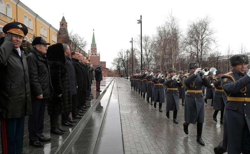 Церемония возложения венка к Могиле Неизвестного Солдата завершилась торжественным маршем Роты почётного караула и оркестра.