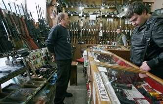 Россиянам разрешили при наличии лицензии носить оружие в целях самообороны