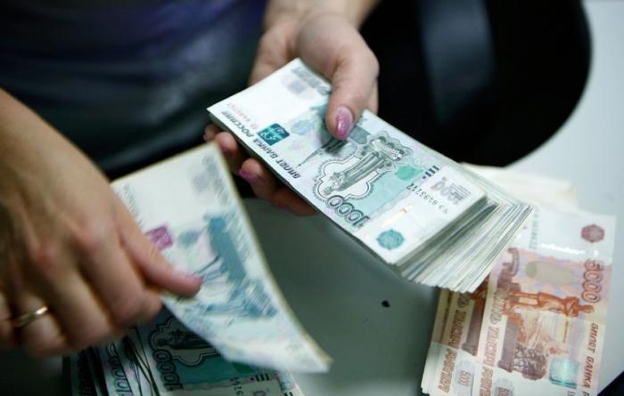 Михаил Делягин объяснил, почему в российских банках начали резко расти зарплаты