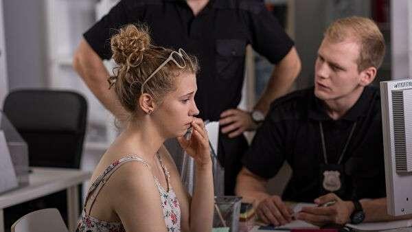 Девушка на допросе в полицейском участке