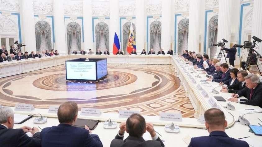 Во время встречи членов рабочей группы по подготовке предложений о внесении поправок в Конституцию РФ в Кремле
