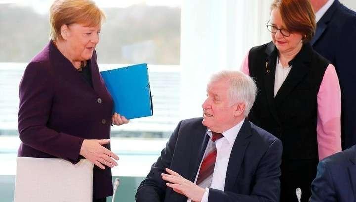Министр внутренних дел Германии не пожал руку Меркель, чтобы не заразиться коронавирусом